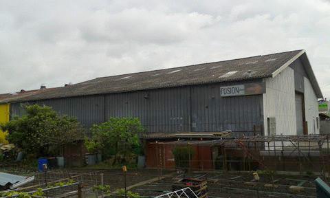 bâtiment avec toiture en fibrociment amiantée