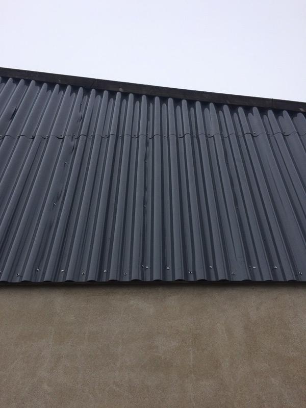 toit moderne en taule noir laqué industriel
