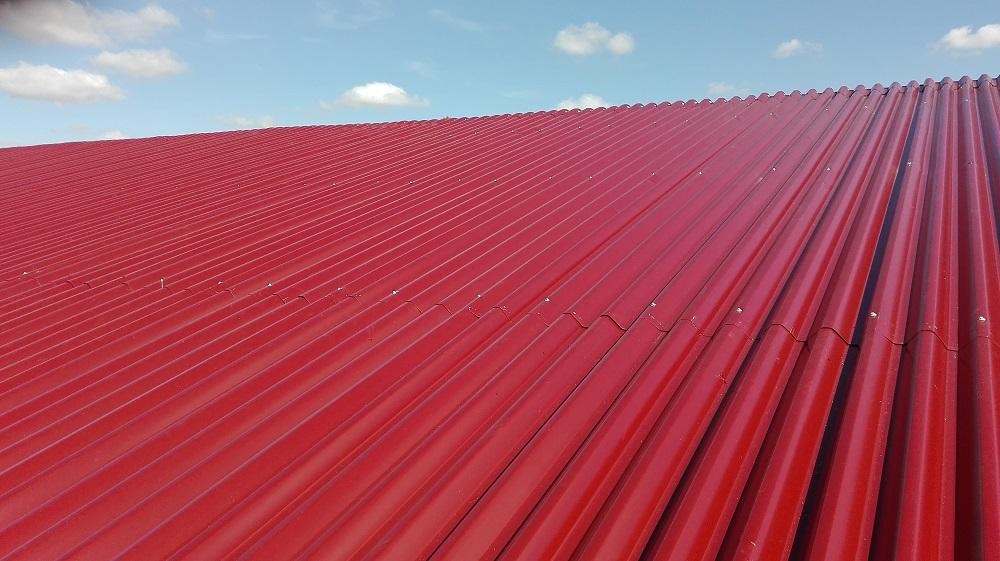 toit avec de la taule rouge neuve