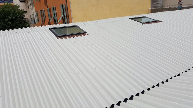 sur couverture toiture en taule blanche