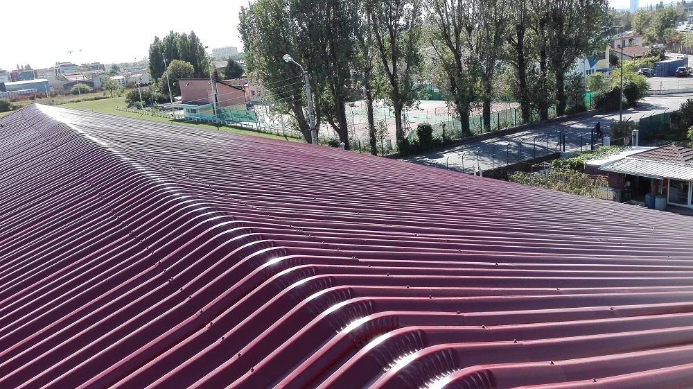 sur toiture en taule ondulée rouge neuve