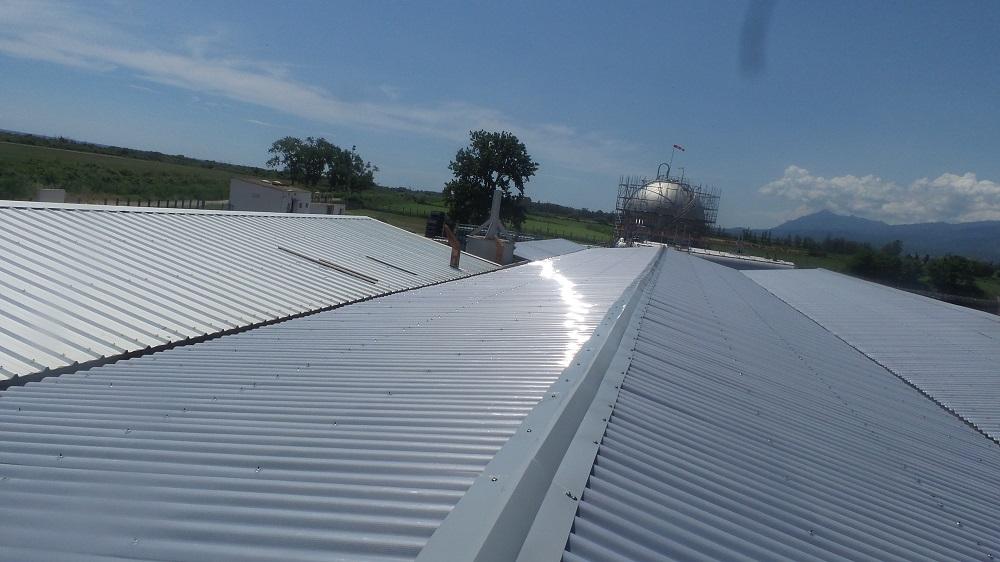 toit grand entrepôt neuf en taule grise ondulée