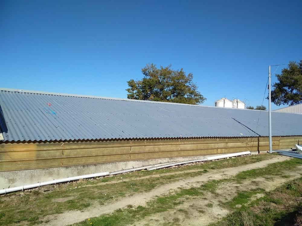 grand entrepôt avec toiture en taule fibrociment rénovée